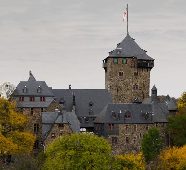 Herbstliches Schloss Burg